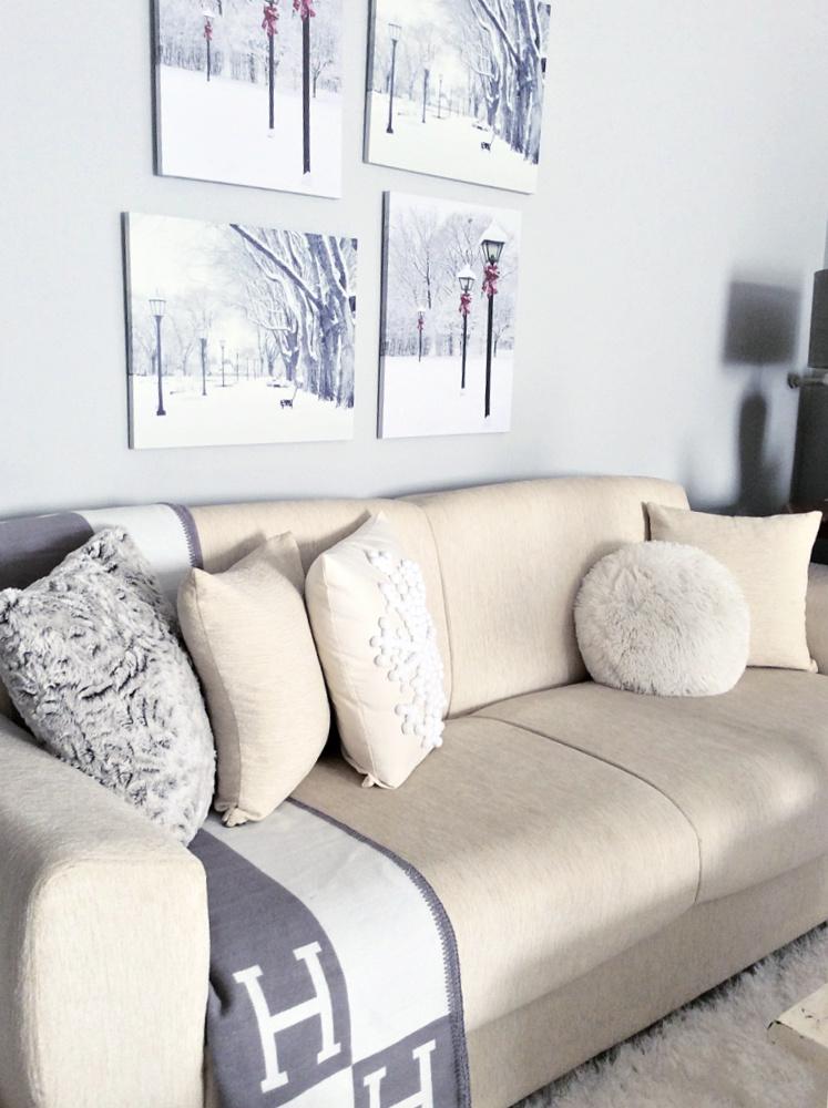 Λευκός καναπές, γκρι μαξιλάρια, πέντε tips για να διακοσμήσεις μαξιλάρια σαν επαγγελματίας