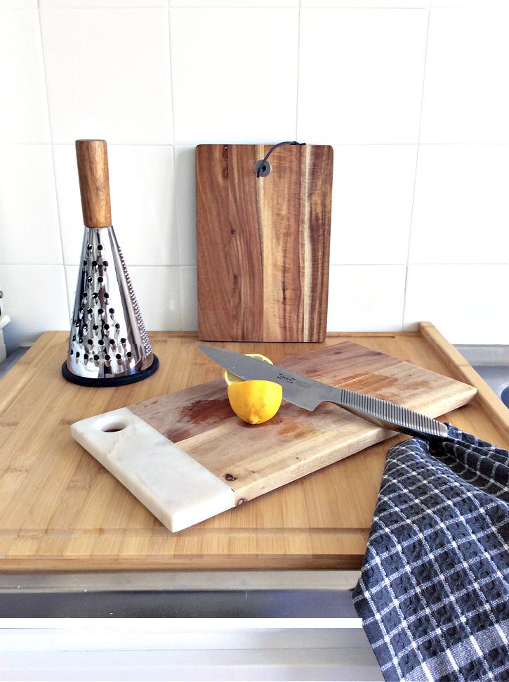 Πως να αλλάξω χρώμα στα πλακάκια της κουζίνας - White kitchen tiles, wooden cutting boards