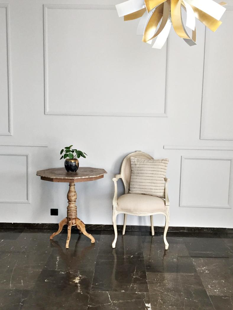 Διακόσμηση τοίχου στο σαλόνι με ξύλινα προφίλ