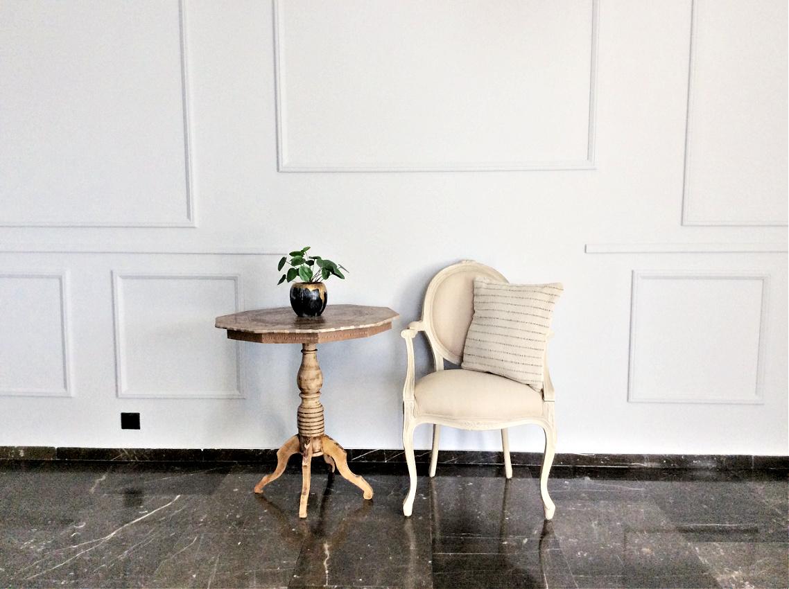 Διακόσμηση τοίχου στο σαλόνι με διακοσμητικά ξύλινα πηχάκια, vintage καρέκλα και τραπεζάκι