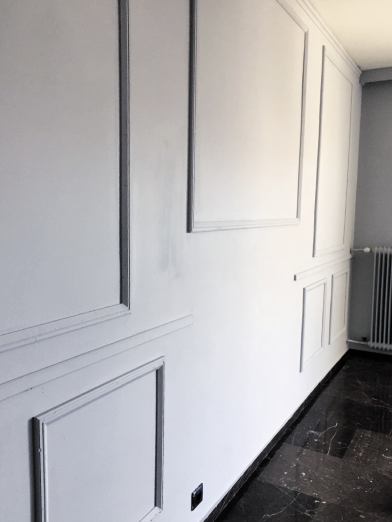 Διακόσμηση στο σαλόνι, τοίχος με διακοσμητικά ξύλινα προφίλ