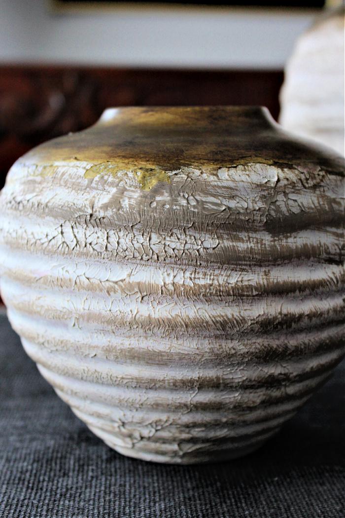 Διακοσμητικά βάζα με υφή και λεπτομέρεια χρυσού