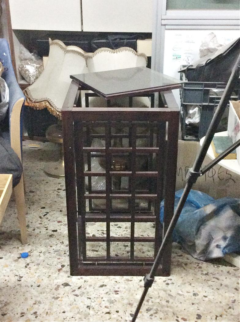 Ξύλινο τραπέζι με σκούρο βερνίκι